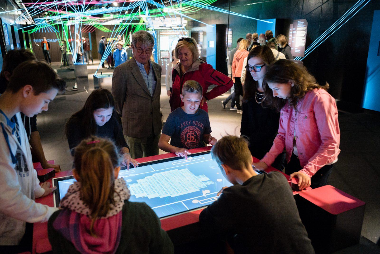 Viele Besucher scharen sich um unseren TableTop auf der MS Wissenschaft. Foto: Ilja Hendel/Wissenschaft im Dialog
